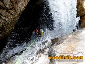 barranco_gedres_barranquismo_canyoning_descente_canyon_pirineos_hautes_pyrenees_menditxik_guias_montana_12
