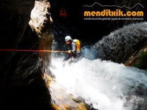 barranco_saugue_barranquismo_canyoning_descente_canyon_pirineos_hautes_pyrenees_menditxik_guias_montana_7