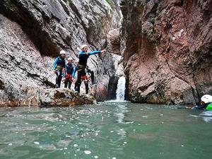 Barranco Boca del infierno barranquismo descenso barrancos canones valle echo hecho pirineo pirineos occidentales menditxik guia montana