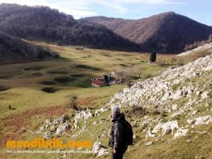 8 Degurixa Artzai Txabola Degurixa Aizkorri Aratz Queso GAzta Chabola Pastor menditxik mendi gidariak guías de montaña mountain guides canyon canyoning barrancos arroilak